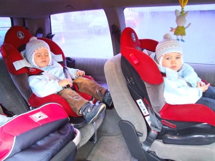 dzieci_w_fotelikach_samochodowych
